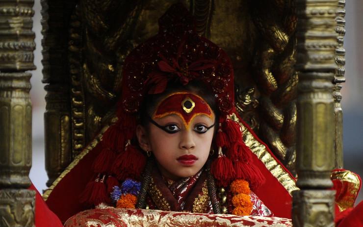 Photo of Ima samo tri godine, a proglašena je za živu boginju (video)