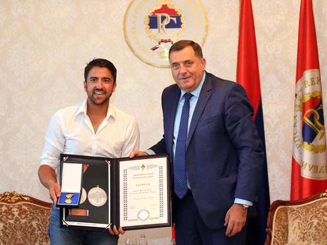 Photo of Dodik odlikovao Tipsarevića medaljom zasluga za narod