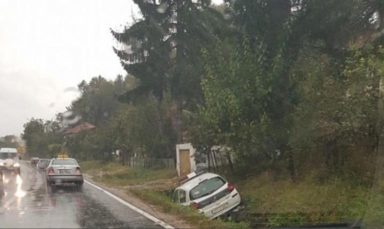 U Slavinovićima policijsko vozilo završilo u kanalu