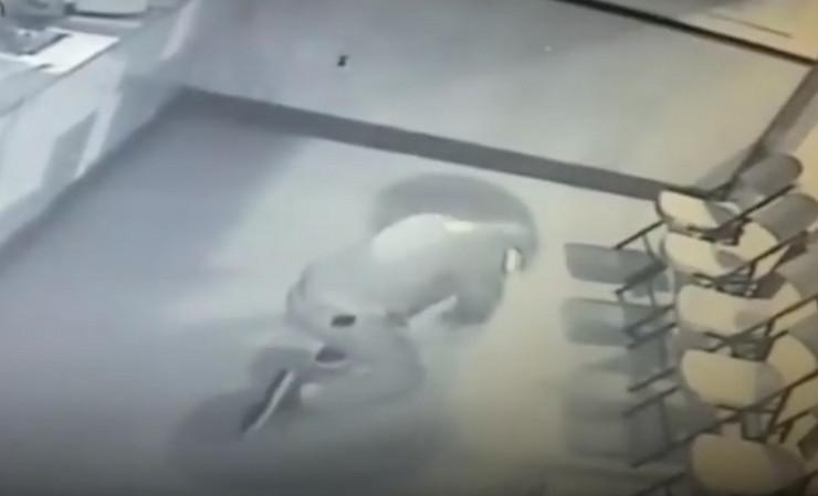 Photo of Provalnik bacio ciglu na prozor, ona se odbila i oborila ga na zemlju (video)