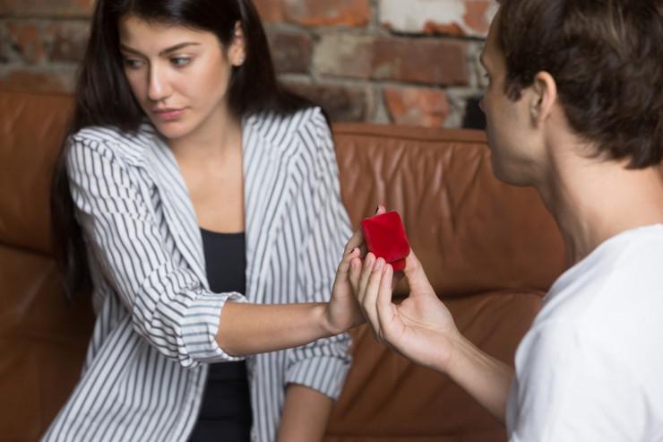 Photo of Požalila se na internetu da je od vjerenika dobila jeftin prsten, zbog komentara je ubrzo gorko zažalila