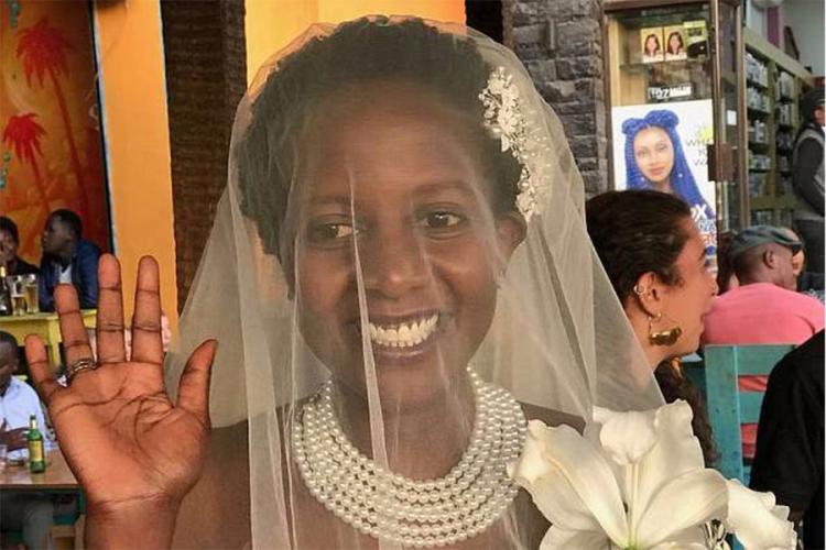 Stala pred oltar i udala se za samu sebe