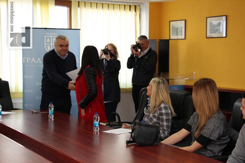 Photo of Gradonačelnik uručio rješenja bračnim parovima sa problemom steriliteta