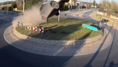 """Photo of Vozač """"letio"""" iznad kružnog toka zbog opklade ili je prosto lud? (video)"""