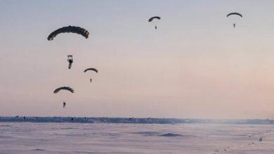Photo of Prvi put u istoriji ruski padobranci skočili sa 10.000 metara na Arktiku (video)