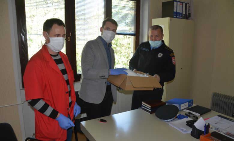 Photo of Donirano 400 zaštitnih maski Policijskim stanicama Bratunac i Srebrenica