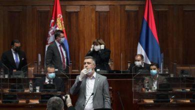 Photo of Incident u Skupštini Srbije: Obradovića iznijeli iz parlamenta, duvao u pištaljku, urlao i vukao zastavu