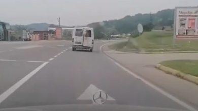 Photo of Krava ispala iz kombija kod Srebrenika, vozač samo nastavio dalje (video)