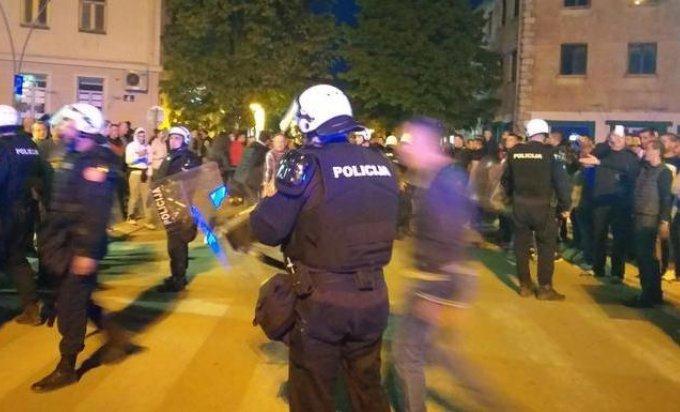 Photo of Policija bacila suzavac, narod se brani kamenicama