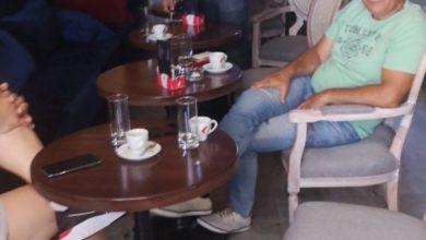 Photo of Otac Draška Stanivukovića sa grupom ljudi zatečen u zatvorenoj kafani
