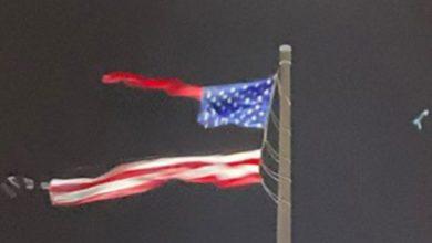 Photo of Udar groma pocijepao najveću američku zastavu na svijetu