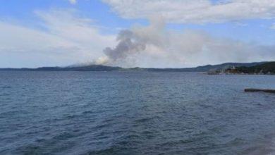 Photo of Veliki požar na Svetoj Gori: Vatrogasci pokušavaju da ugase stihiju sa kopna i mora