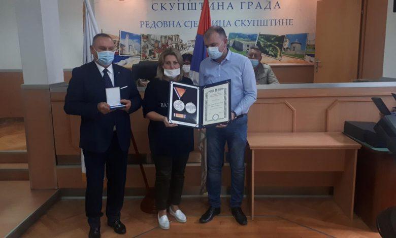 Photo of Uručena posthumna odlikovanja porodicama 45 boraca VRS