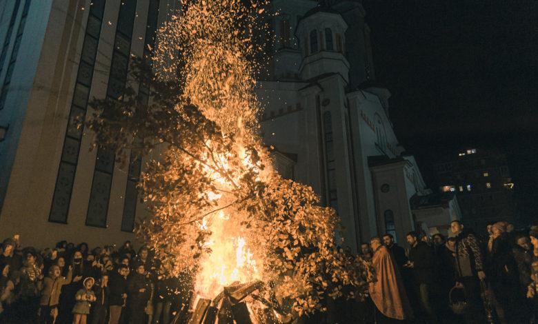 Photo of Spaljivanjem badnjaka Zvorničani proslavili Badnji dan (foto)