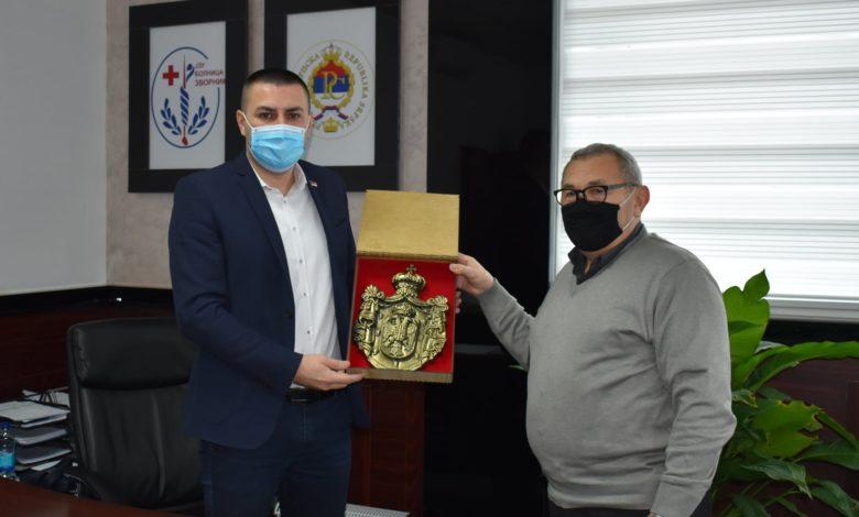 Photo of Bronzani Grb Srbije direktoru JZU Bolnica Zvornik Ivanu Popoviću