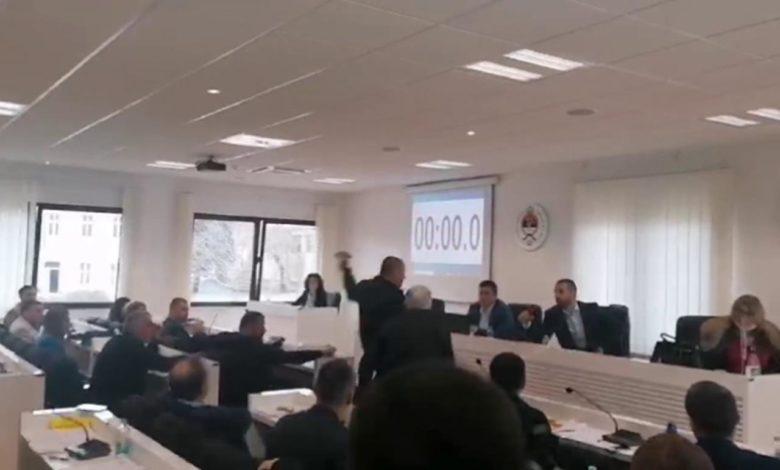 Photo of Haos u bilećkoj skupštini: Nogom udario sto predsjednika (video)