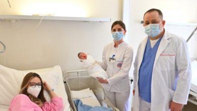 Photo of Uručen zlatnik predsjednice Srpske prvorođenoj bebi