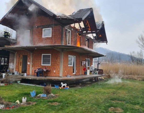 Photo of Požar u porodičnoj kući u Čelopeku, vatrogasac povrijeđen