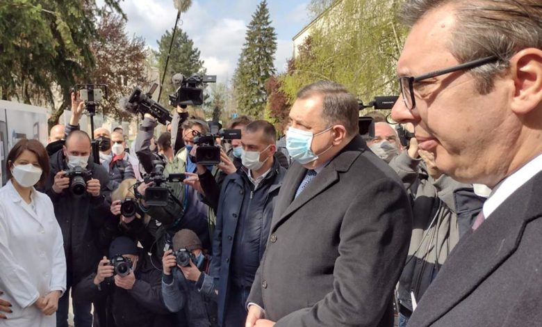 """Photo of Vučić uručio Dodiku 10.000 doza vakcine """"AstraZeneke"""" za Srpsku"""