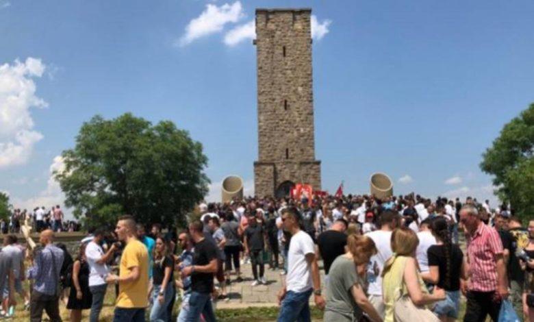 Photo of Hiljade ljudi na Gazimestanu, policija pretresala i oduzimala srpska obilježja (video)