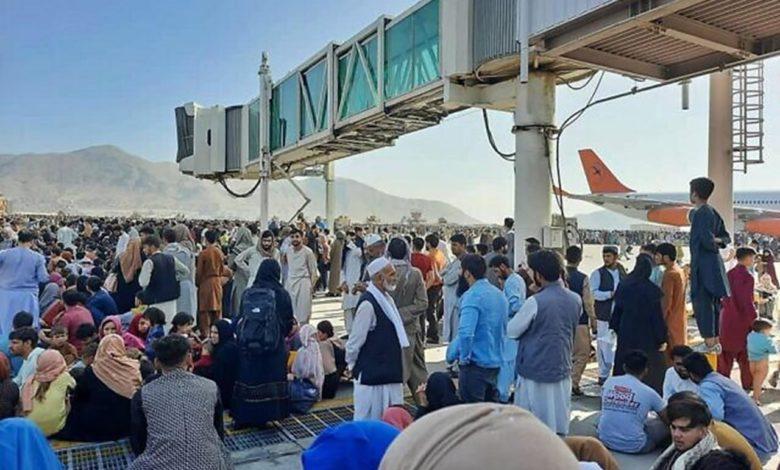 Photo of Bijeg od talibana direktno u smrt: Jezivi snimci sa aerodroma u Kabulu (video)