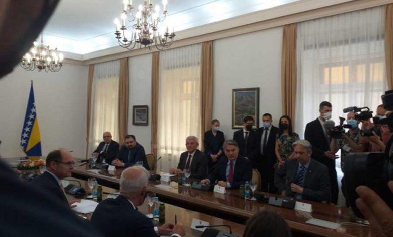 Photo of Počeo sastanak Komšića i Džaferovića sa Šmitom, Dodik ne prisustvuje