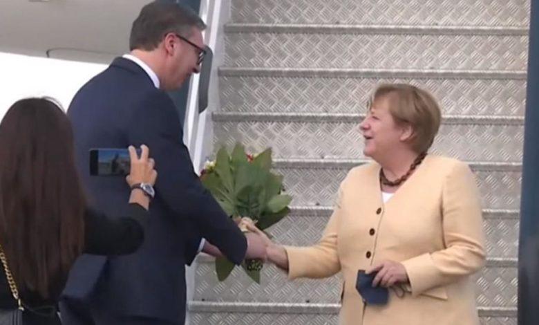 Photo of Merkelova stigla u Beograd, Vučić je dočekao sa cvijećem