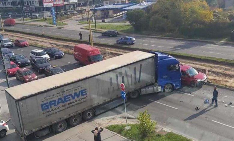 """Photo of """"Evergiven"""" na bh. način: Kamion nakon udesa potpuno blokirao saobraćaj"""
